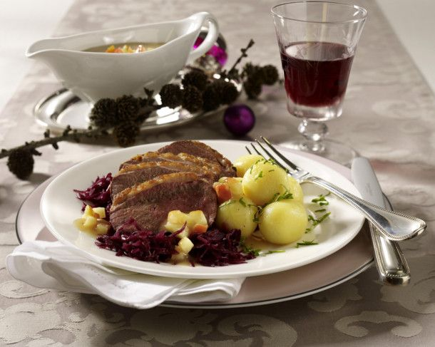 Unser beliebtes Rezept für Entenbrust mit Apfelsoße zu Miniknödeln und Rotkohl und mehr als 55.000 weitere kostenlose Rezepte auf LECKER.de.