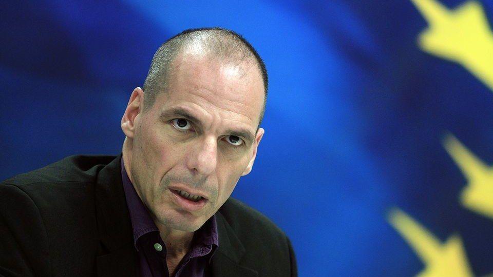 """""""Euroopan unionilla on kaksi mahdollista tulevaisuutta: joko se demokratisoituu tai se hajoaa. Jos jälkimmäinen vaihtoehto toteutuu ja koko EU-hanke romahtaa, seurauksena on postmoderni 1930-luku.""""  Tässä ovat vaihtoehdot, jotka taloustieteilijä Giánis Varoufakis on kuluneen vuoden aikana esittänyt Euroopalle lukuisissa kirjoituksissaan ja esiintymisissään. Varoufakis erosi Kreikan valtiovarainministerin tehtävästä kesällä 2015, koska ei suostunut allekirjoittamaan paperia, jota hän kutsui…"""