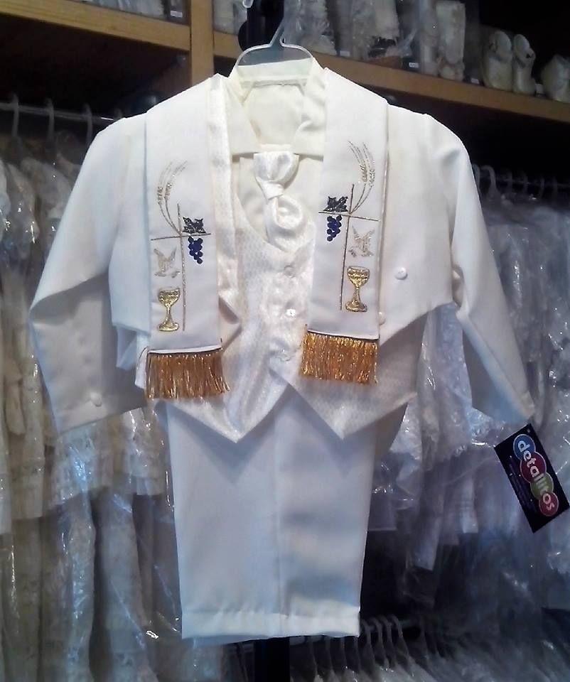 Traje de Bautismo modelo 106 color crema, consta de camisa, pantalón, corbata, chaleco, saco y estola con bordados dorados.