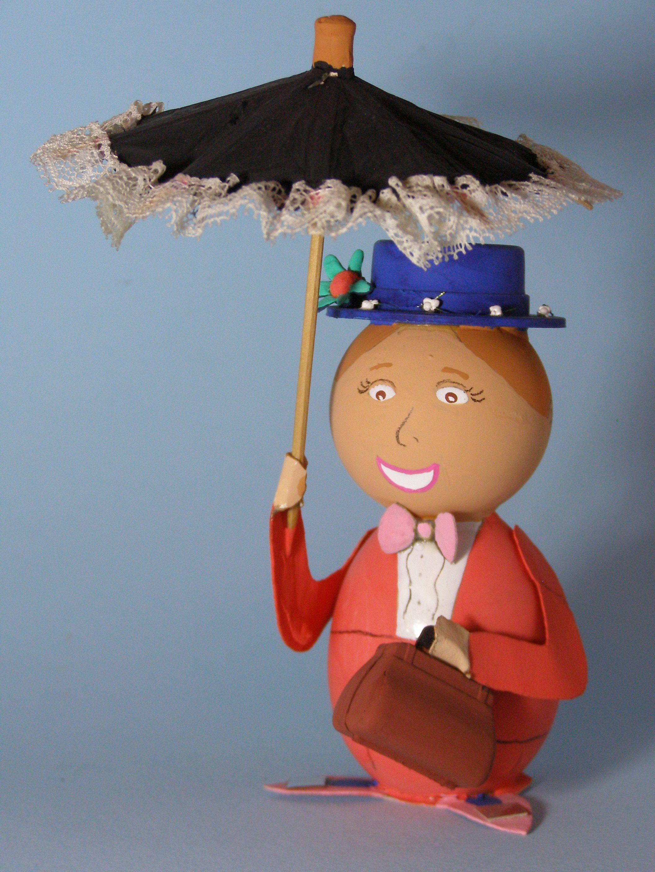 Dal famosissimo film di Walt Disney arriva la tata che tutti i bambini vorrebbero avere... Mary Poppins. Per realizzare il cappellino ho usato un tappo di bottiglia decorato con fiorellini ricavati...