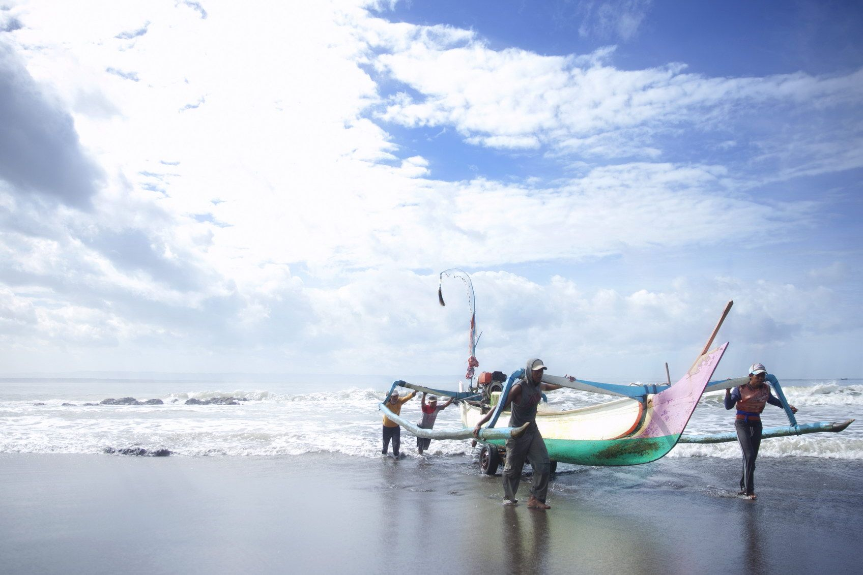 Some Seaman Pull Up Their Fishing Boat Somehow I Wonder How Do They Enjoy Their Lives With A Daily Routine Like This Hm Beautiful Indonesia Scenery East Java