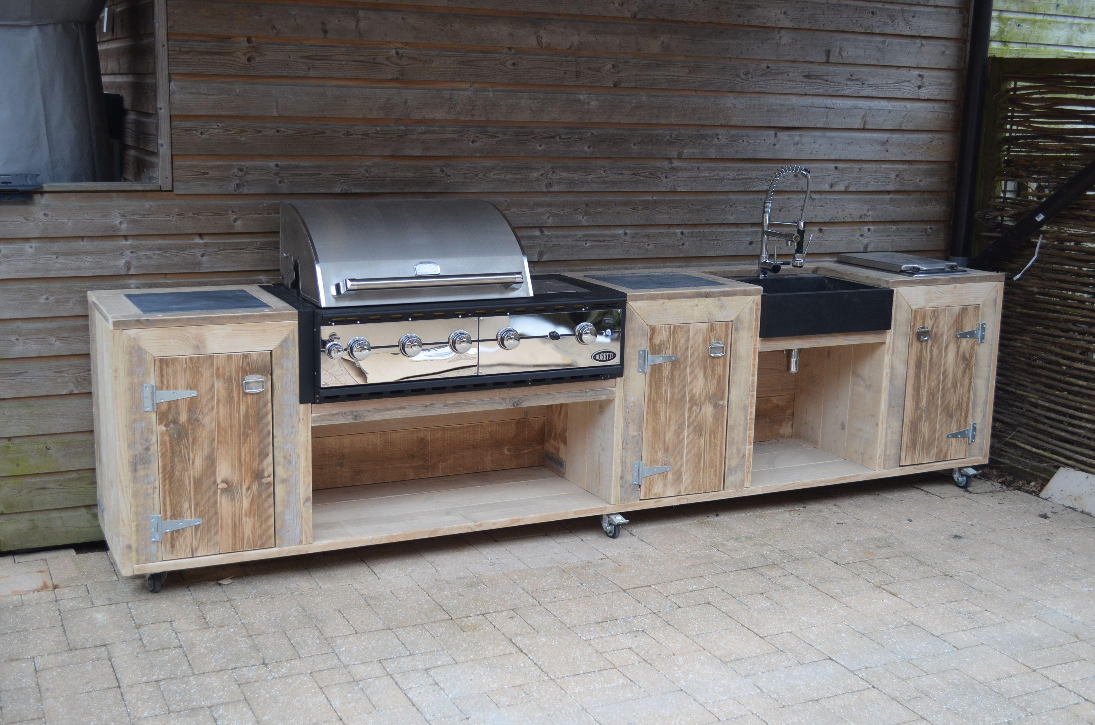 buitenkeuken van wooddesign4u met hardstenen wasbak en borettie
