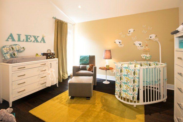 Chambre bébé fille en blanc beige ocre et turquoise accent moutons