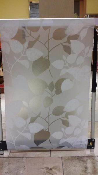 Die Folie haftet ohne Kleber auf allen Glasflächen, Fenster, Spiegel