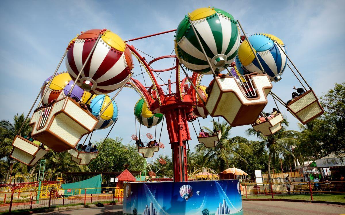 Balloon Race All The Family Can Enjoy The High Flying Balloon Chase Ride Balloon Race Amusement Park Riding