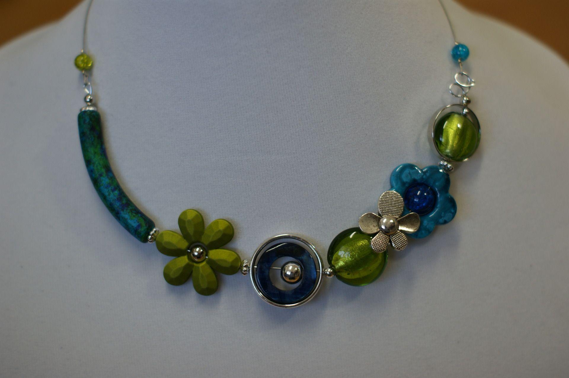 collier asym trique bleu turquoise et vert collier modern colliers asym triques. Black Bedroom Furniture Sets. Home Design Ideas