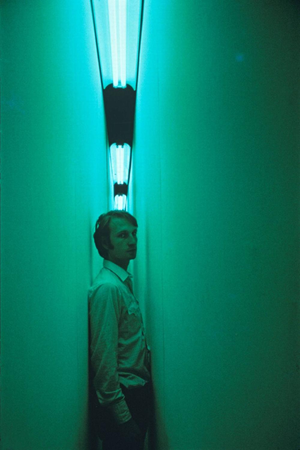 bruce nauman green light corridor - Buscar con Google | Luz en el arte, Arte, Fotografía paisaje urbano