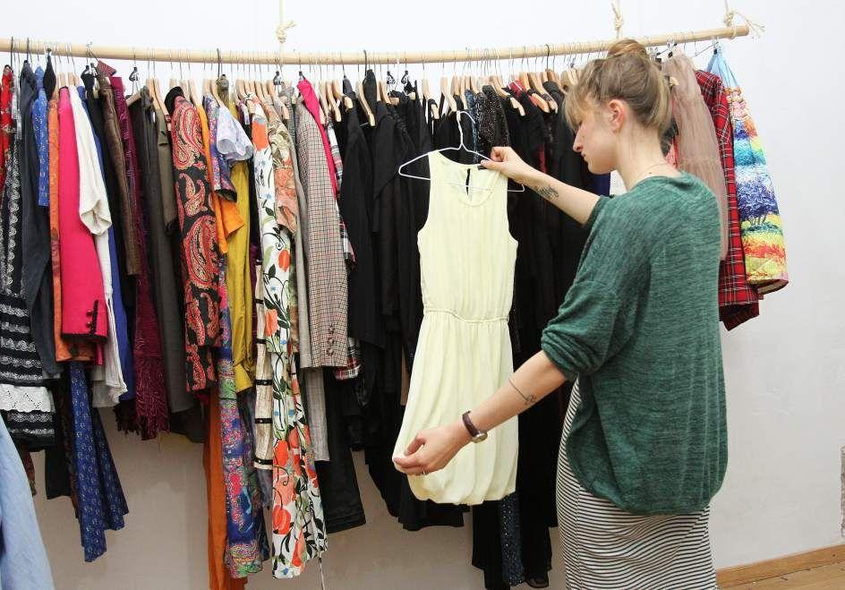 La Ropateca es una pionera tienda de ropa en Barcelona que funciona como si  de una 222dc1c8fb1