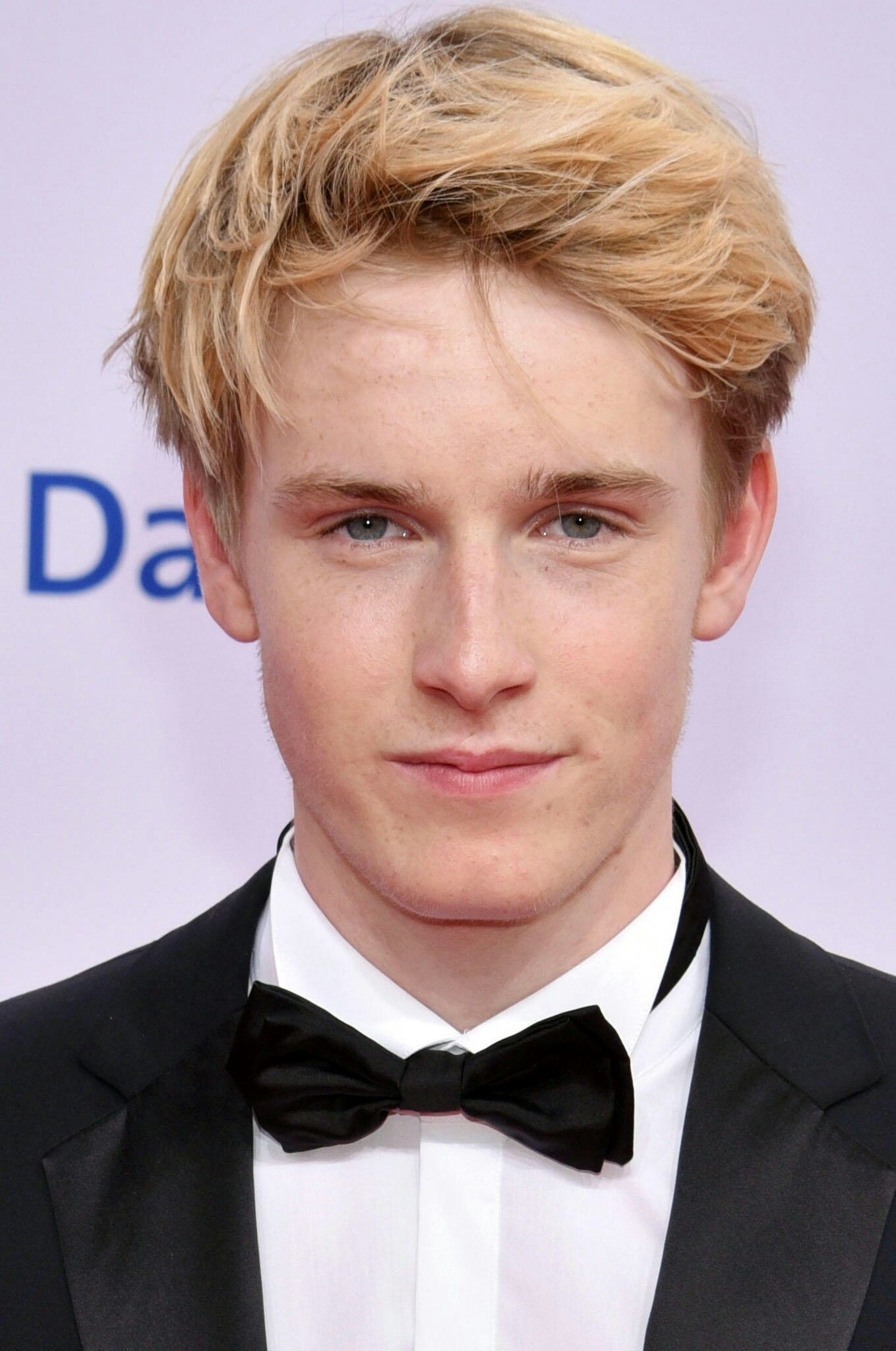 The 21-year old son of father (?) and mother(?) Louis Hofmann in 2018 photo. Louis Hofmann earned a 0.015 million dollar salary - leaving the net worth at 0.8 million in 2018