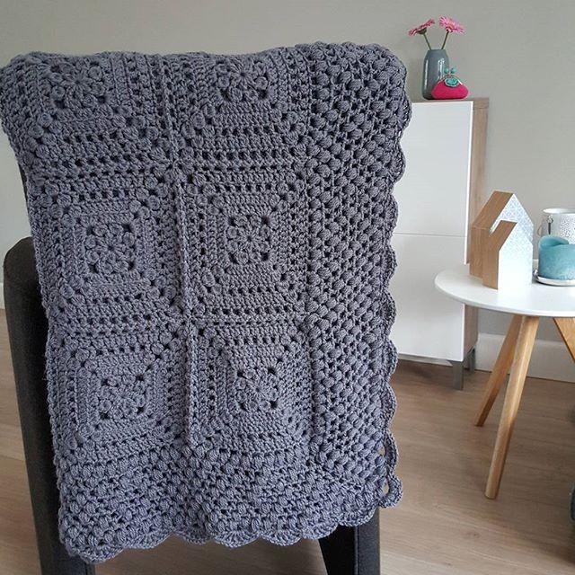 Finished!! Vanmiddag werd ik door de creatieve @wooliez die net een heel gaaf Boho hesje had afgemaakt en de creatieve @c_arolien die een zomerse foto had gemaakt van haar wolkjescol gevraagd voor #widn. Ik heb net de laatste draadjes afgehecht van de deken voor mn lieve schoonzus @mirjamder Hij is nu echt helemaal klaar. Ik ben er best een beetje trots op ♡ Hebben jullie ook zin om te delen waar jullie mee bezig zijn? @jaja_haakt @ingridlovescolor @haakmaarja Geen verplichting natuurlijk…