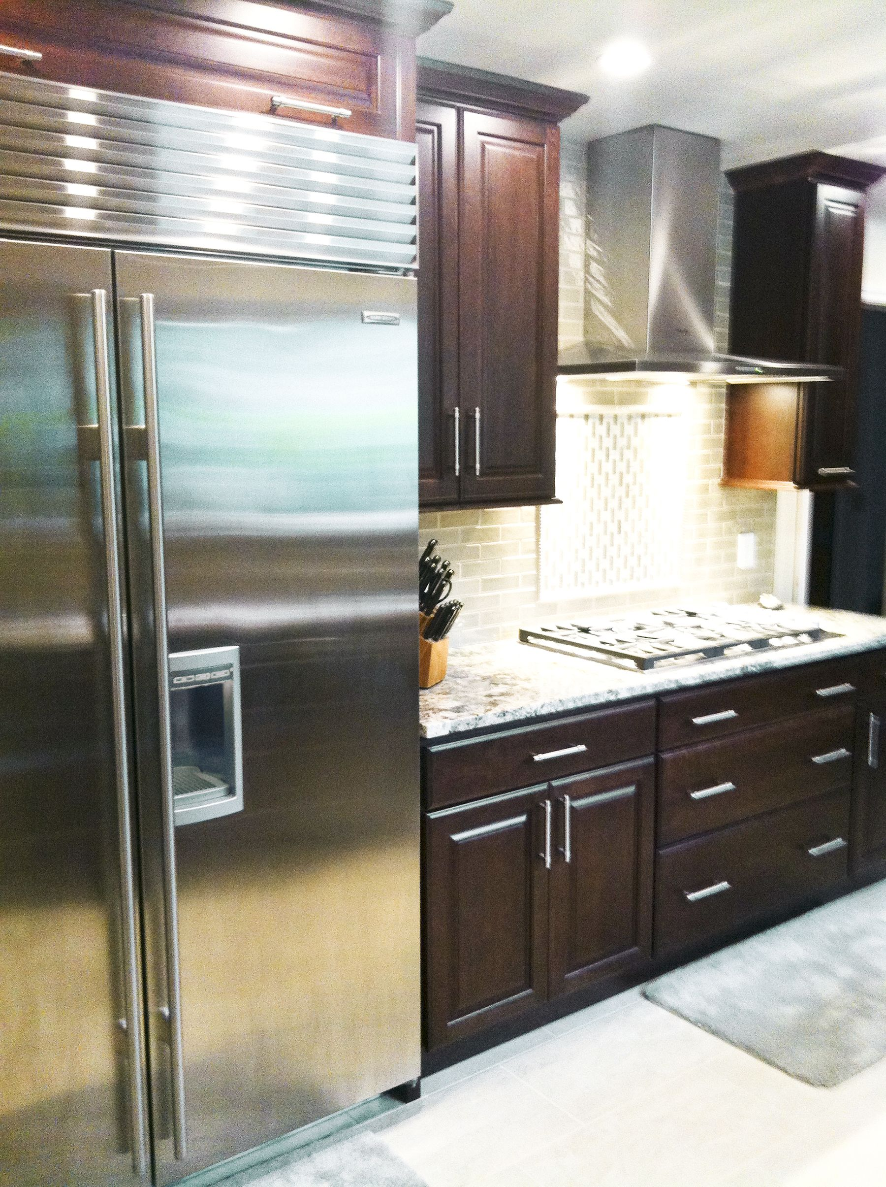 A Kitchen Remodel In Daytona Beach Florida Took A Kitchen From Shabby To Upscale And Modern Design Brown Kitchen Cabinets Brown Cabinets Dark Brown Cabinets