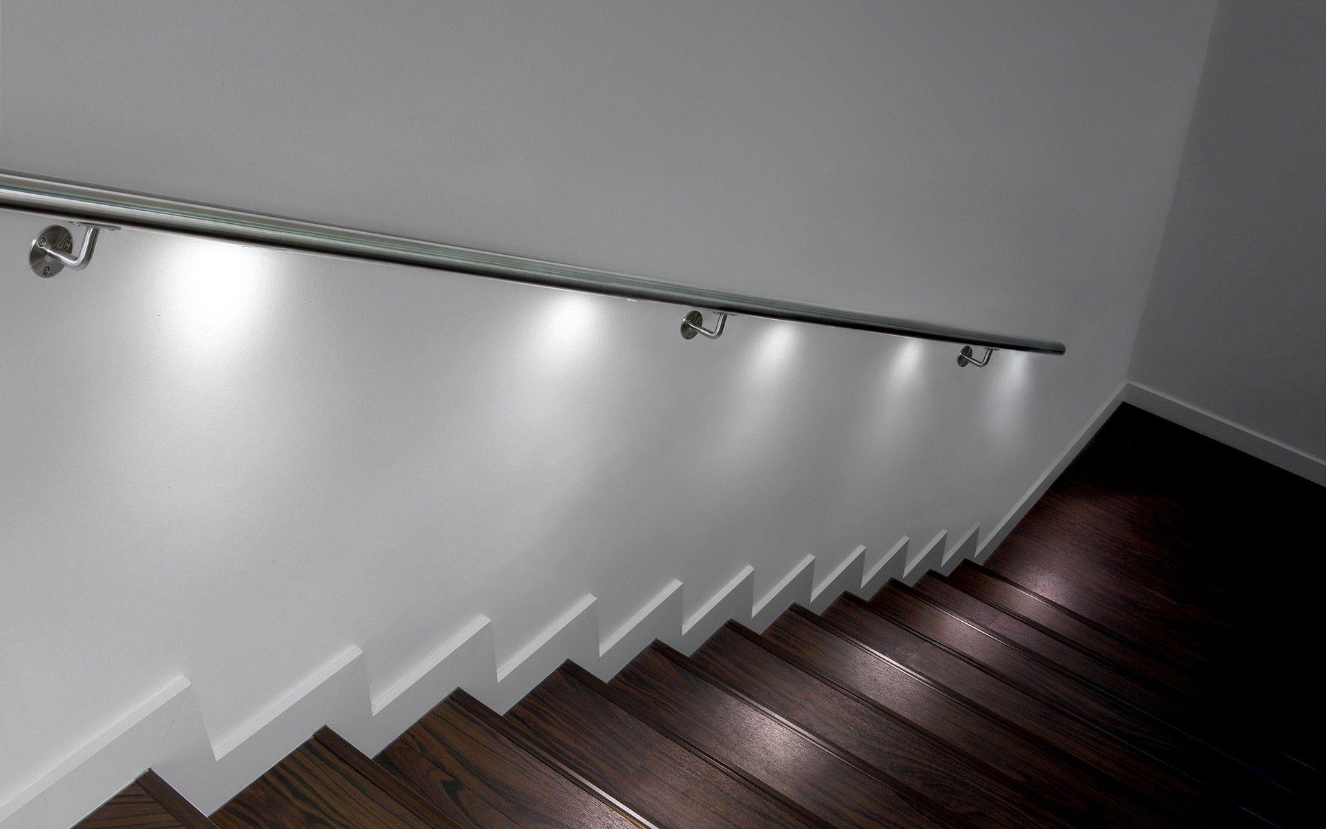 Escalier en bois avec LED blanches dans la main courante. Idée ...