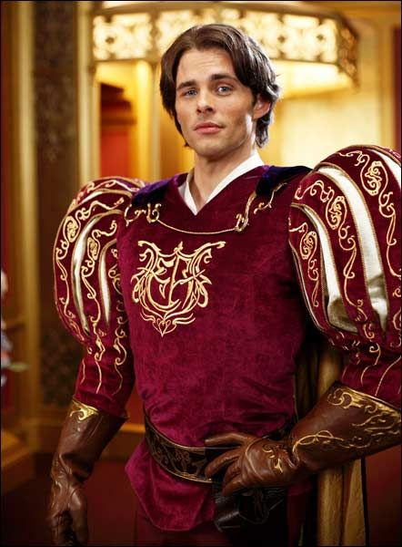 hombre vestido de príncipe de cuento de hadas