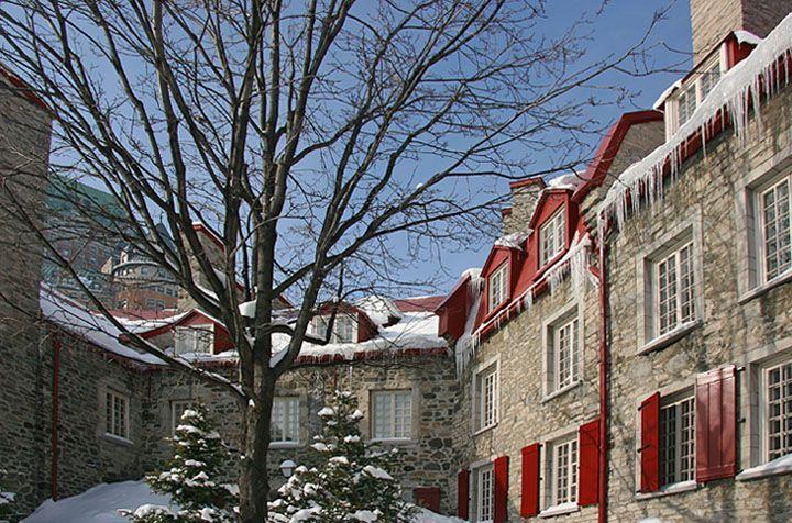 Maisons du quartier Petit Champlain à Québec avec à l'arrière-plan, à gauche, une partie du Château Frontenac.