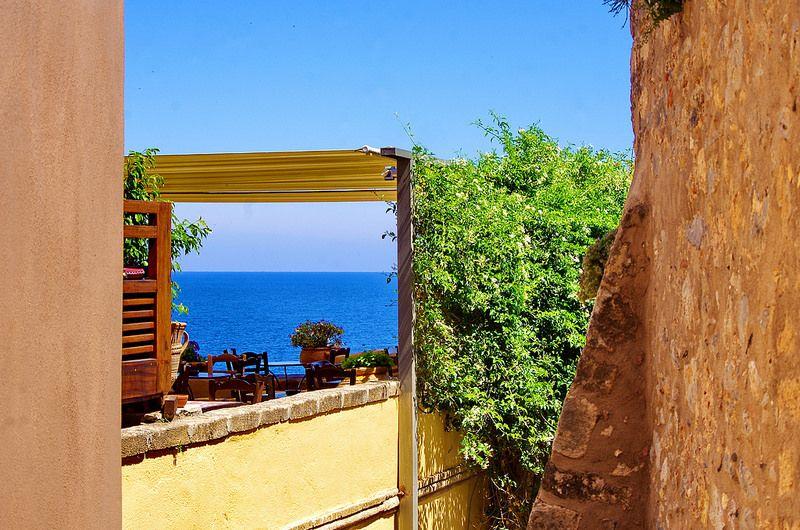Grèce Péloponèse, Monemvasia Μονεμβασιάς 191 dans la ville basse, une terrasse ombragée, du Jasmin