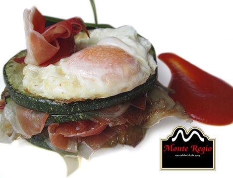 Rodajas de calabacín con setas, huevo frito y jamón ibérico #MonteRegio ¡Se nos hace la boca agua!