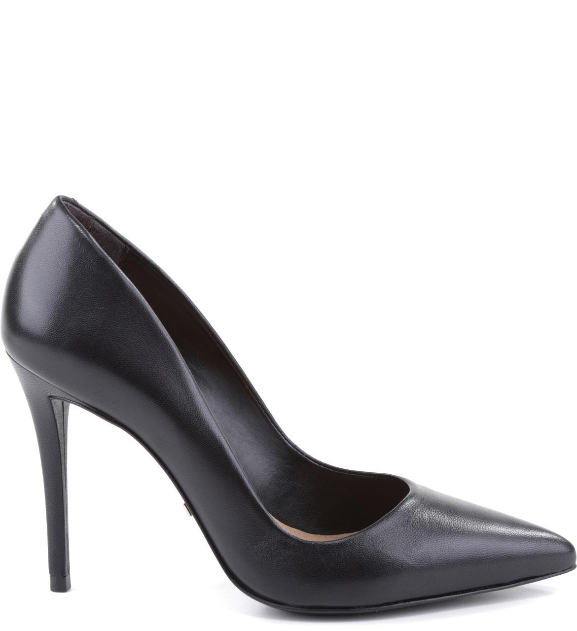 7913ca3491c6f Um sapato que toda mulher deve ter? O scarpin de bico e salto finos é um  clássico do guarda-roupa feminino: vai ao trabalho com você, toma conta das  pistas ...