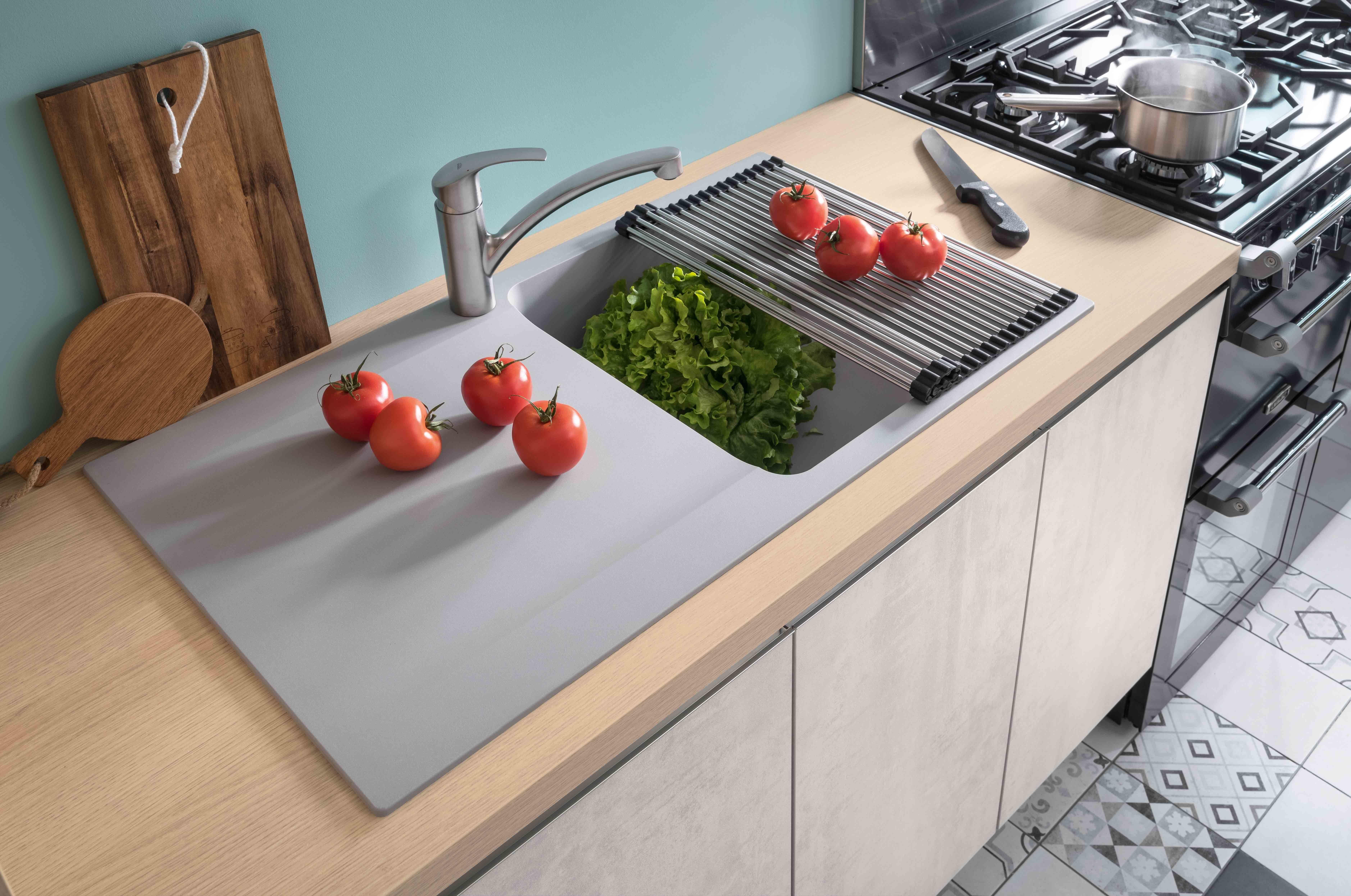 Accessoires Pour Cuisine Aménagée la bonne astuce : le rollmat qui prolonge votre égouttoir
