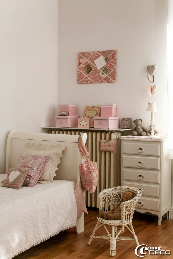 dans une chambre d 39 enfant un boutis rose 39 c t table 39 et. Black Bedroom Furniture Sets. Home Design Ideas
