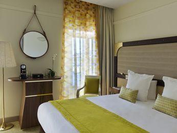 Lit double dans la chambre simple à l\'Hotel MGallery Beauvau Vieux ...