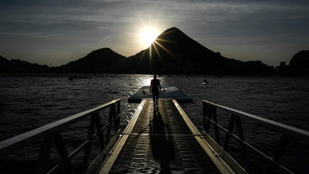 """Ein Ruderer auf dem Weg zum Training in der Lagune""""Lagoa Rodrigo de Freitas"""""""