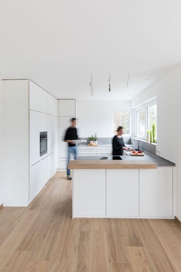 Weisse Kuche Kuchenplanung Kuche Planen Modern Schlicht Vollholz Theke Tresen Schlicht Decken Cocinas De Casa Cocinas Modernas Cocinas Blancas