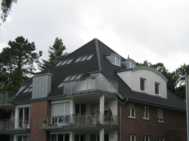 Wohnhaus Mit Zeltdach Dach Neueindeckung Durch Martin Kegelmann Dachdeckermeister In Munster 48163 Dachdecker Com Style At Home Zeltdach Wohnhaus