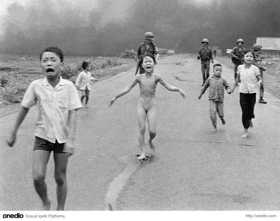 Güney Vietnamlı askerler, Güney Vietnamlı çocuklara eşlik ederken. Yanlışlıkla kendi halkının üzerine Napalm bırakan Güney Vietnam uçağının etkisini gözler önüne seriyor. Vietnamlı savaş fotoğrafçısı Nick Ut'a 1973 yılında ödül kazandırdı