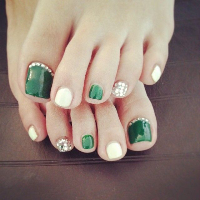 green white and silver toes nail