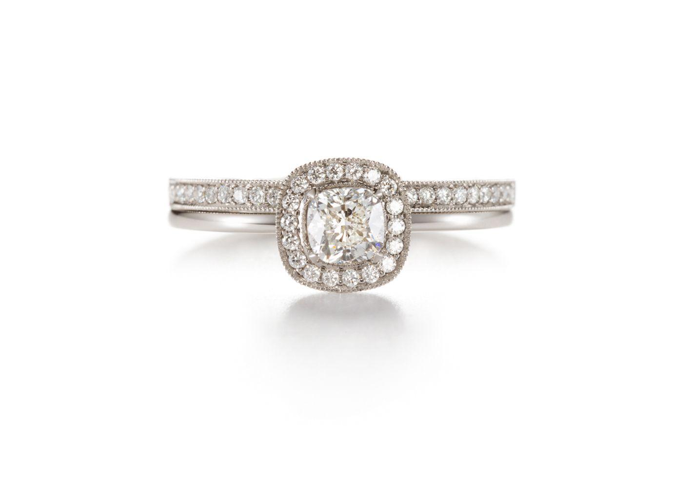 Allianssisormus, jossa on yhteensä 0,13 ct pieniä briljantteja. Carmosiersormuksen keskuskivenä on 0,50 ct:n cushion-hiontainen timantti, jonka laatu on G/vs1. Molemmat 950-platinaa.