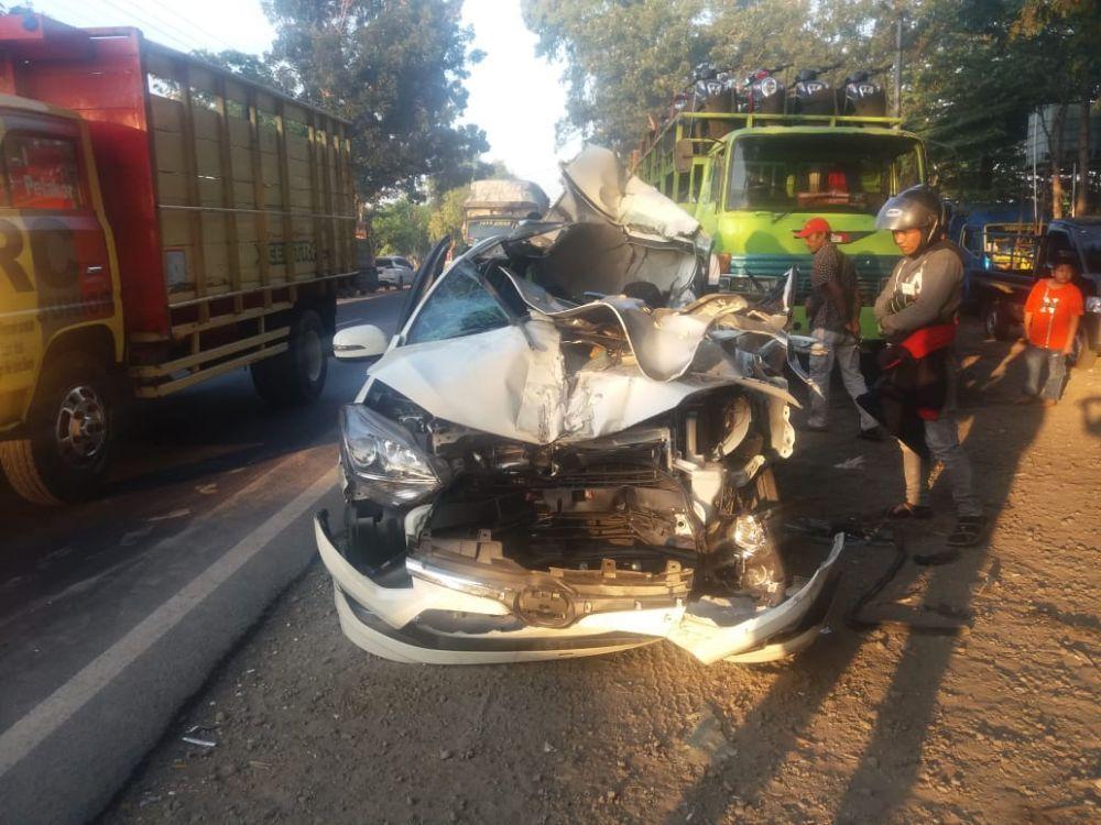 Mobil Tabrak Truk Parkir Di Probolinggo 3 Orang Sekeluarga Tewas Mobil Truk Toyota