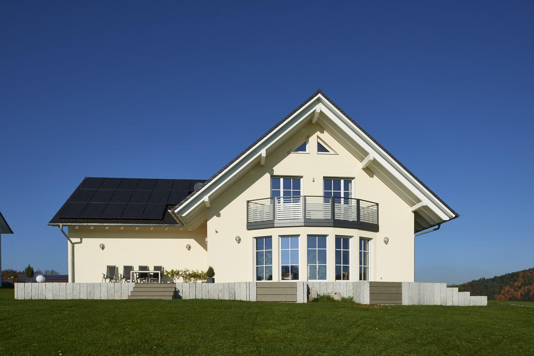 großzügiges Holzhaus mit Satteldach, Putzfassade, Aumann Haus in ...