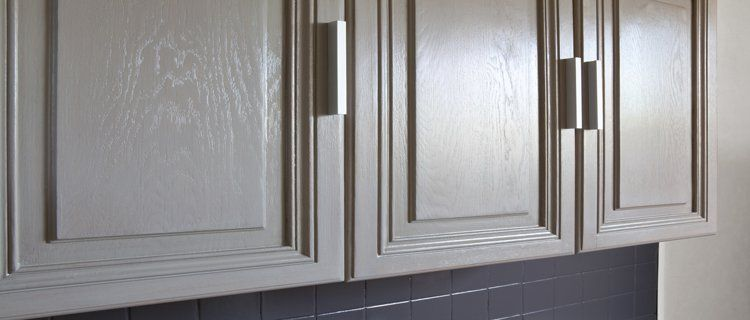 La peinture pour meuble de cuisine qui ne cache pas le bois - moderniser un meuble en bois