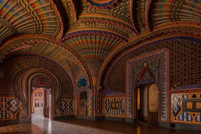 Achter deze vervallen gevel ligt 's werelds mooiste verlaten kasteel - Castello di Sammezzano - Toscane   ELLE Decoration NL