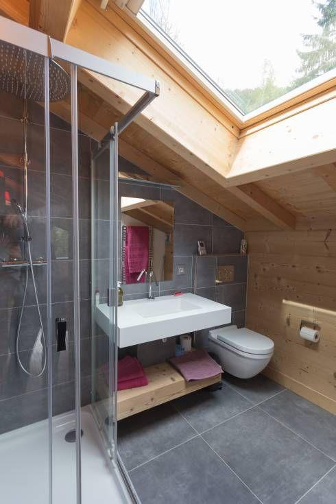 Dank Großem Fenster Ein Sehr Helles Und Schönes Badezimmer Im Dachgeschoss  Von Chevallier Architectes #hellesbadezimmer