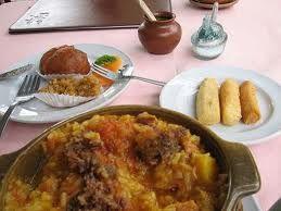 Ingredientes:  8 tazas de agua  2 tazas de arroz  1 libra de longaniza o chorizos picados en rodajitas  1 libra de pulpa de cerdo, picad...