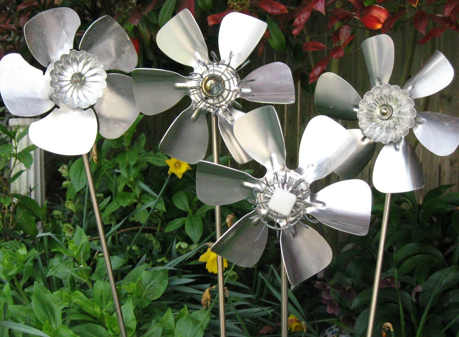 Creating Scrap Metal Art Design for Garden: Scrap Metal Art Flowers Design For Garden