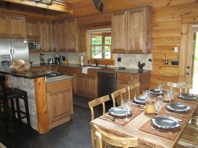 Очень хорошо укомплектованная кухня и обеденная зона с бытовой техникой из нержавеющей стали.