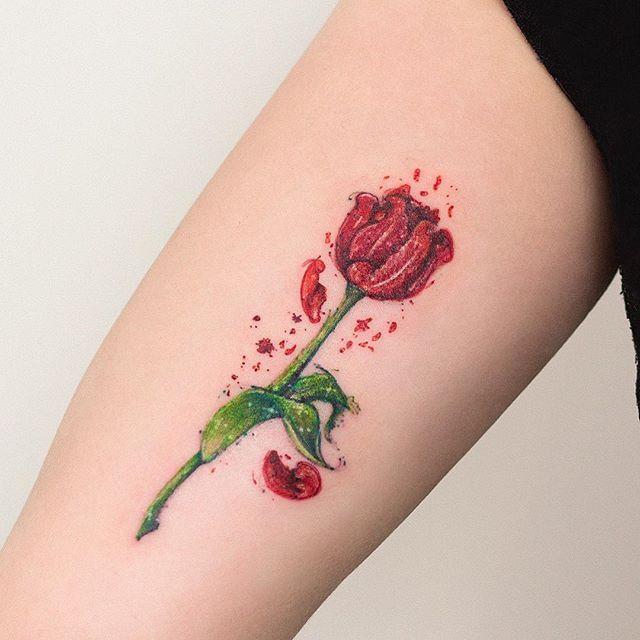 Tulipa no braço da Elaine. ☺️ @elainenemo vc é uma querida, adoramos te conhecer, até a próxima ✌️ #tatuagem #tatuagemfeminina #watercolor #aquarela #tulipa #tattooart