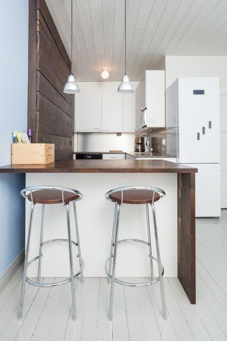 Vanha 40-luvun kerrostaloasunnon keittokomero muutettiin avokeittiöksi. Keittiötä ja olohuonetta jakaa saareke, joka toimii niin ruokapöytänä, säilytystilana kuin työtasonakin.
