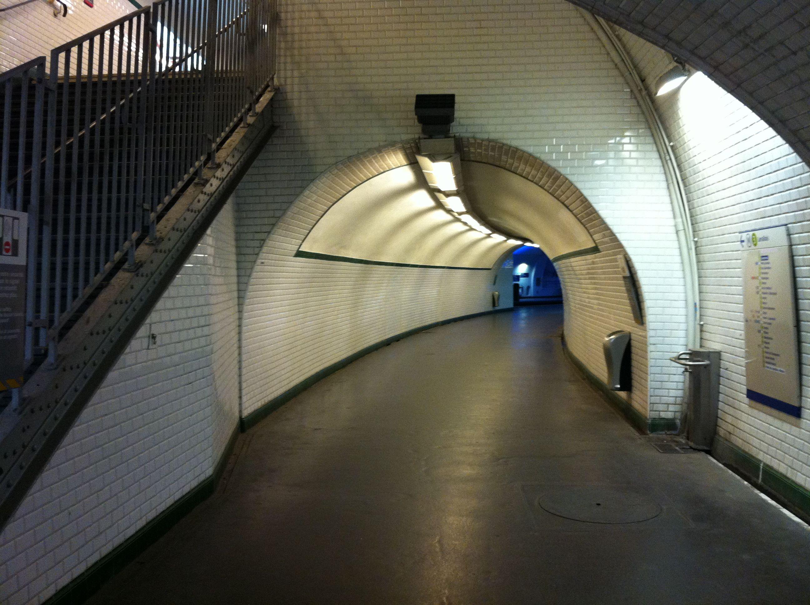 Le fameux couloir de Gambetta, vu depuis la 3bis. L'histoire de la 3bis : http://fr.wikipedia.org/wiki/Ligne_3_bis_du_m%C3%A9tro_de_Paris