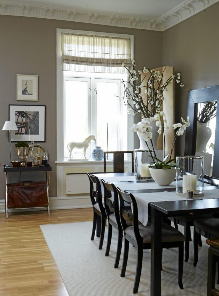Mørke møbler og rene linjer dominerer spisestuen. Her er det små ...