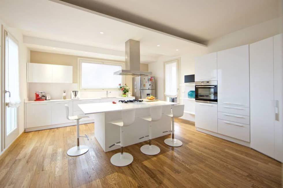 Cucina bianca con isola centrale e cappa in acciaio cucina ...