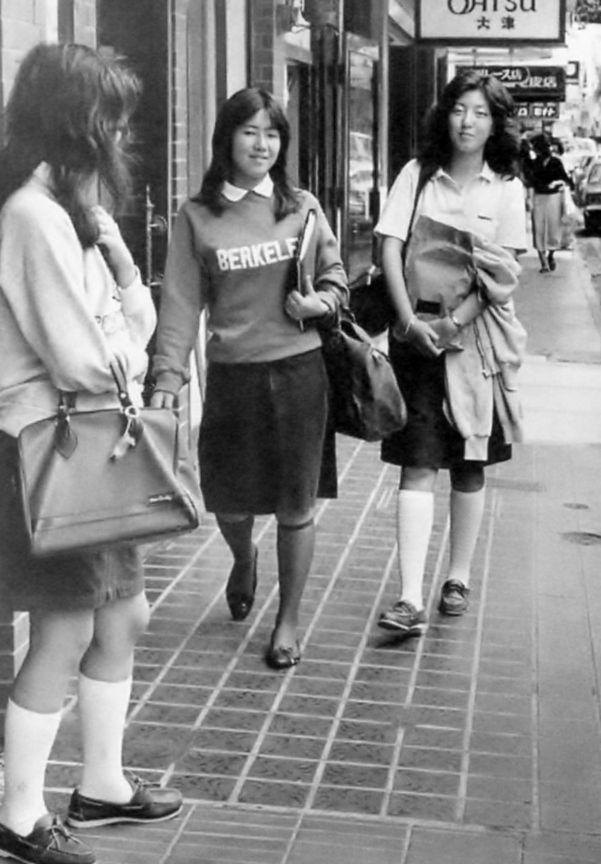 「ハマトラ」横浜(元町)ニュー・トラディショナル」の略。写真は元町の女子学生。神奈川新聞社