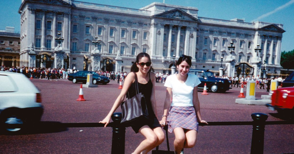 This Photo Of 15 Year Old Meghan Markle Outside Buckingham Palace