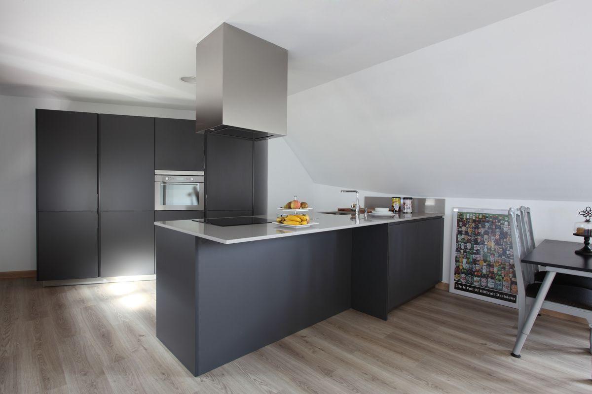 Santos kitchen cocina con barra en color gris antracita for Muebles el zamorano