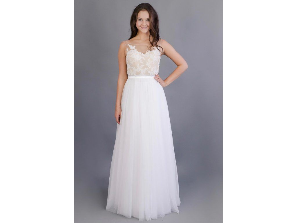 Bohémské svatební šaty s květinovou výšivkou živůtek je ušitý z jemného  tylu v tělové barvě zdobený 1f184955e87