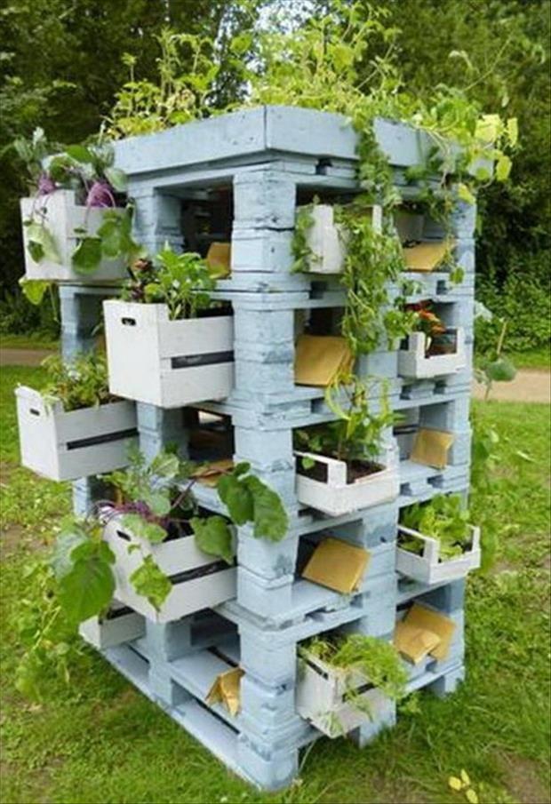 Pflanzturm aus Paletten Sehr schöne Idee für eine begrünte Insel - gartenaccessoires selber machen