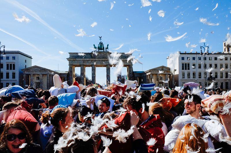 Pillow Fight Day bij de Brandenburger Tor.