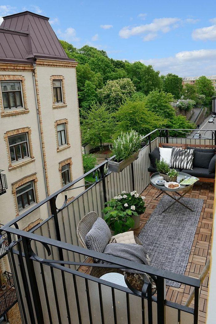 Balkongestaltung Eleganter Außenbereich Pflanzen Grauer ... Ideen Balkongestaltung Pflanzen